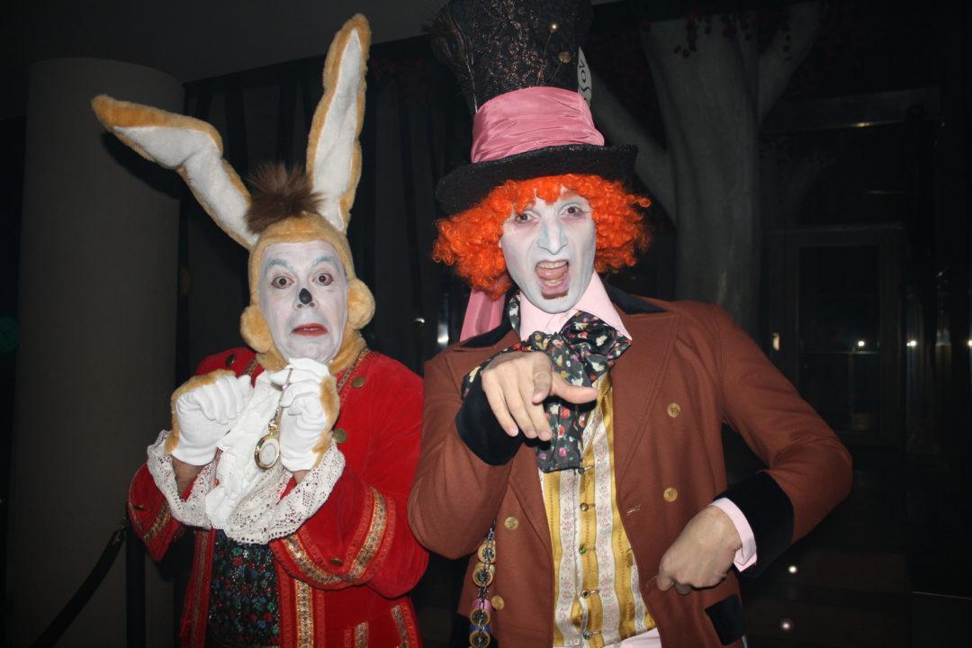 Nuestros sombrerero loco y el conejo blanco dan la bienvenida