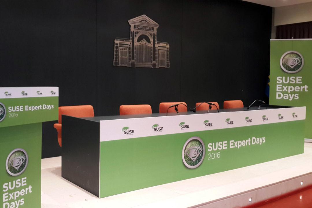Detalle de la cartelería de escenario en Madrid
