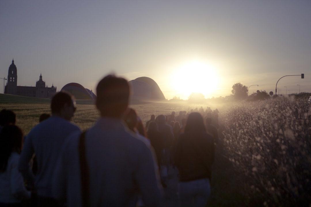 El grupo camina al amanecer a la zona de despegue